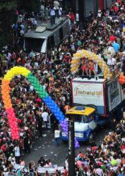 Ativismo gay promove orgia sexual com consumo de drogas em via pública e até ameaças de morte contra cristãos!