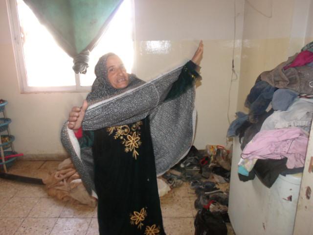 Na foto: N. nos mostra as condições em que está sua casa. Estava tão emocionada ao receber nossa ajuda que começou a sentir pontadas no peito. Isto nos faz imaginar pelo que este povo tem passado.