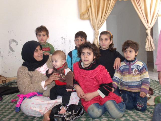 M. com alguns dos seus 10 filhos. Recém-liberada do campo de refugiados ainda não tem onde morar. O marido está na Síria lutando com o exército da libertação. Aguardavam ansiosamente nossa chegada.