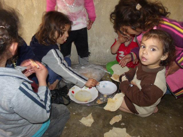 Foto: Alguns dos 14 filhos de Mariam Mutaib. A comida básica das crianças e do povo em geral é o pão e no caso destes pequeninos, o pão com 1 espécie de mingau de leite. Uma das visitas da semana passada.