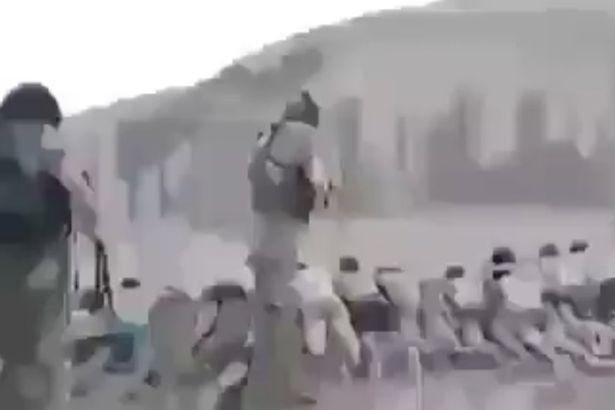 Estado Islâmico fuzila 200 crianças em vídeo brutal.